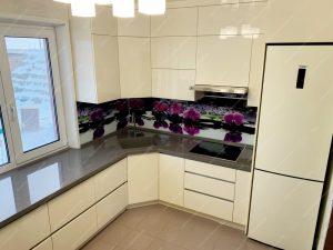 Фото угловой кухни под окно без ручек